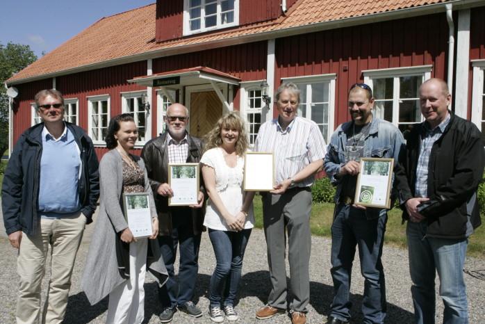 Den åttonde omgången för miljödiplomering är nu avslutad. Här ses representanter från de fyra aleföretag som erhöll sin utmärkelse i samband med en lunchträff på Kungsgården i Alvhem. Från vänster Gunnar Elfström och Camilla Wester från SLP Lyft- och elprovning Sverige, Rune Sporre, Surte Lagerservice, Annika Häger och Janne Ericsson, Bildovision, samt Christer Nordgren och Anders Aabol, Kebol El-Design.