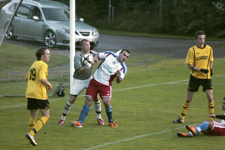 """Skepplanda BTK:s burväktare, Mattias Holmström, hade mycket att bestyra i cupmötet med Lärje/Angered. Här lägger han vantarna på bollen, men trots bra målvaktsspel av """"Holken"""" kunde gästerna vinna med klara 4-0."""