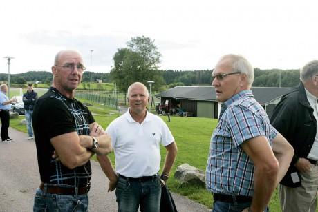 Nöjda. Ronnie Bengtsson, eldsjäl hos AIF, Klas Arvidsson, fritidsintendent i Ale, och projektledaren Nils-Åke Johansson konstaterar att konstgräset blir en tillgång på Sjövallen.