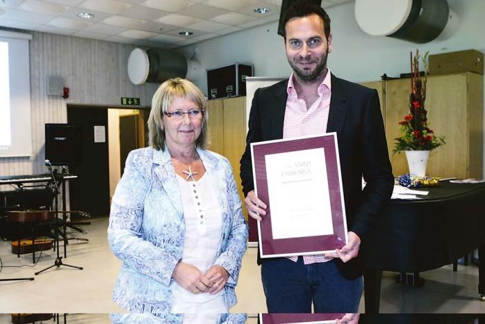 Joakim Östling mottog diplomet från Lena Hansson.