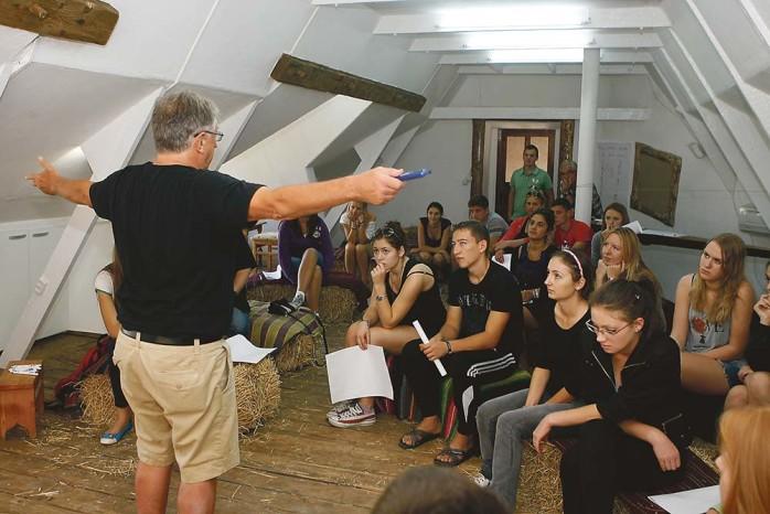 Föreläsning. Professor Roger Mumby-Croft kan trollbinda en församling åhörare. Att utbilda ungdomar i kreativt tänkande brinner han för.
