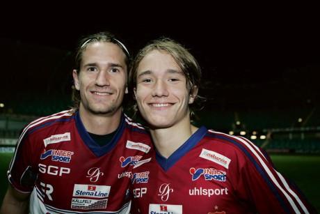Jonathan och Jakob Lindström är båda fotbollsuppfostrade i Ahlafors IF, men tillhör numera Örgryte IS. ÖIS leder division 1 södra i överlägsen stil och mycket talar för att det blir spel i Superettan nästa år.