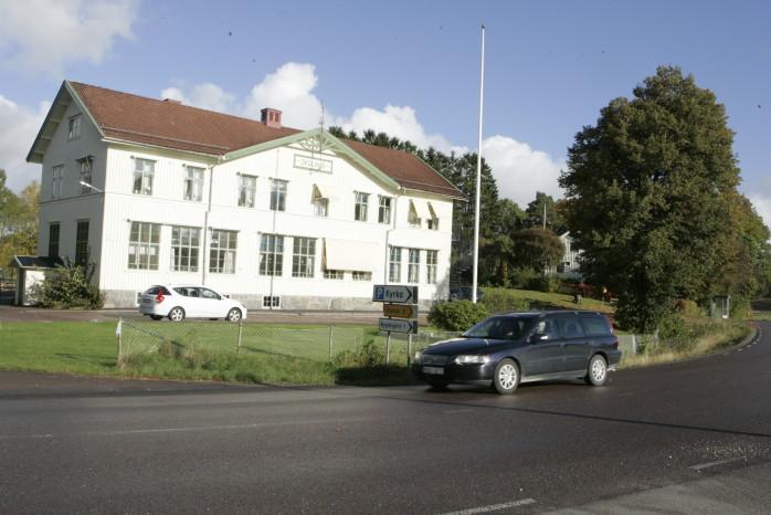 Många föräldrar är upprörda och har hört av sig till lokaltidningen efter beslutet om att höja hastigheten från 30 till 50 kilometer i timmen på Alingsåsvägen förbi Starrkärrs gamla skolhus.
