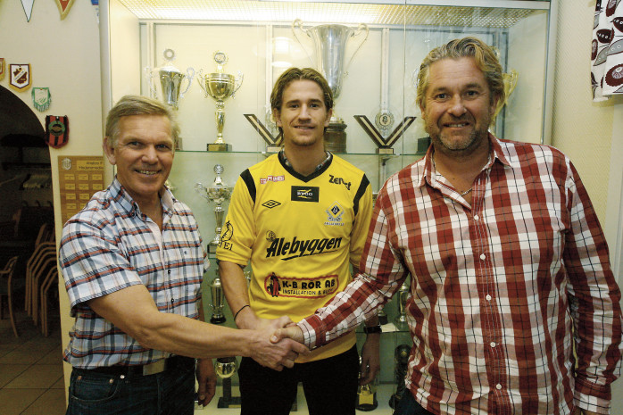 Nöjd trio. Emris Olsson och Michael Lundgren, fotbollsutskottet i AIF, skakar äntligen hand med Jonatan Lindström som återvänder för ÖIS inför Ahlafors IF:s 100-årsjubileum.