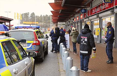 Tumult uppstod sedan väktare ingripit mot tre snattare på Ica Kvantum i Nödinge. Polis kallades till platsen och kunde gripa två av de misstänkta.