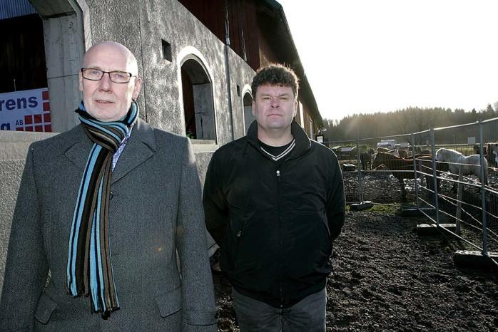 Kommunalråden Ingemar Ottosson (S) och Peder Engdahl (M) står båda bakom den satsning som nu görs hos Lilla Edets Ridklubb. Kommunen satsar två miljoner kronor för om- och tillbyggnad av stallet.