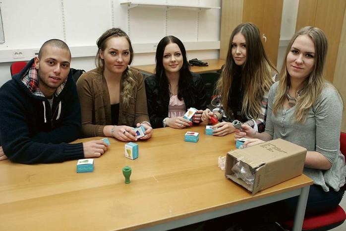 Josef Khalaf, Elin Jansson, Amanda Jonasson, Louise Paulsson och Caroline Wormdal driver UF-företaget Tap On UF.