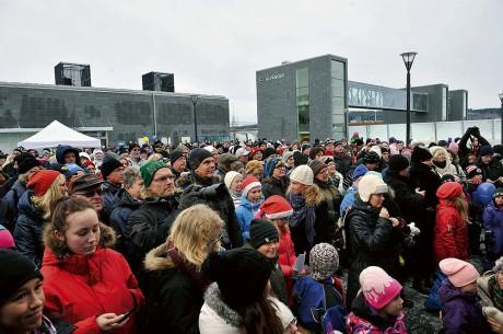Folkfest. Den officiella invigningen av BanaVäg i Väst i Ale var förlagd till resecentrum i Älvängen. Lasse Kronér, Jessica Andersson och delar av Partypatrullen underhöll. Publiken hängde med i svängarna och såg ut att stortrivas. Blotta tanken på att allt nu är klart var befriande.