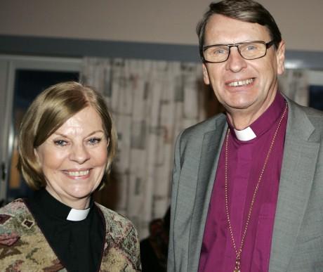 Biskop Per Eckerdal i samspråk med kyrkoherde Vivianne Wetterling.