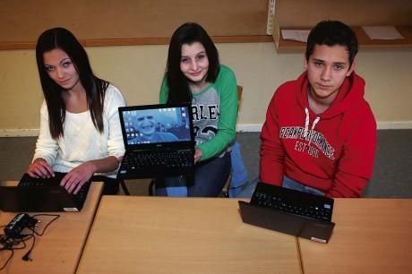 Äntligen varsin dator. Julia Rydberg, Moa Kourmandias och Niclas Johansson i klass 9c2 på Aroseniusskolan tog chansen att vara med och påverka egenskaperna för deras elevdatorer, som anlände till skolan den 10 januari.