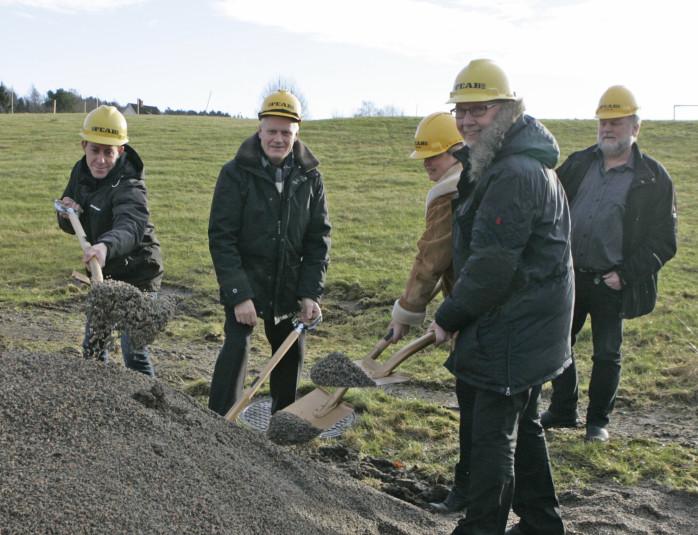 Byggherren Leifab, entreprenören Leifab, samt representanter från kommunen tog det symboliska första spadtaget för det nya LSS-boendet på Ängshöken i Lilla Edet.