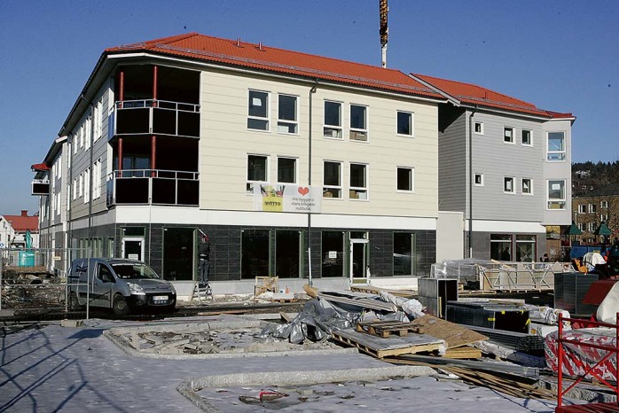 I söndags var det premiärvisning av det nya Centrumhuset. 19 av de 26 lägenheterna är redan tecknade. I bottenplan förbereder Netto sin invigning som beräknas ske lagom till påskhandeln.