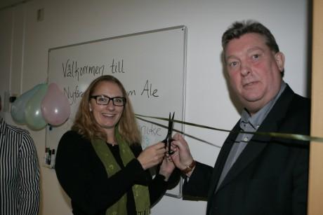 Näringslivschef Jannike Åhlgren och entreprenören Håkan Sandberg från Nödinge klippte bandet och förklarade NyföretagarCentrum invigt.
