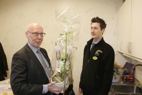 Kommunalrådet Ingemar Ottosson (S) önskade lycka till genom att överlämna en blomma till Nettos butikschef Samir Cerik.