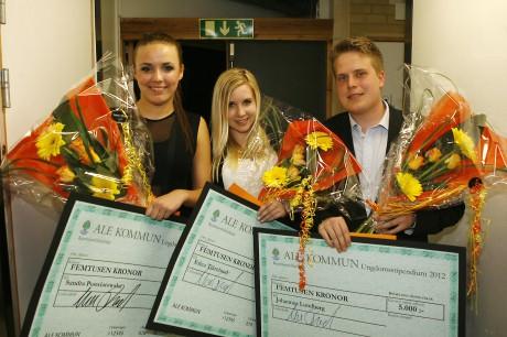 Goda föredömen. Årets ungdomsstipendiater i Ale presenterades på scenen. Sandra Poswiatowska, Erica Tjärnlund och Johannes Lundberg fick 5000 kronor vardera.