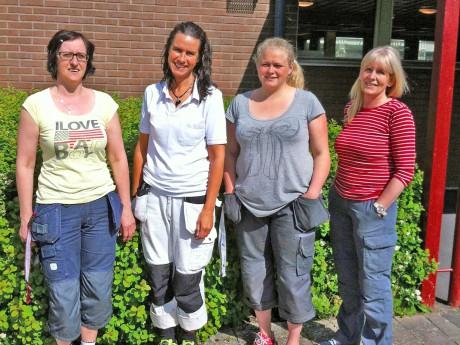 Liljana Tuzinovic, Elisabeth Stolt, Ann-Sofie Råneby Johannesson och Lillvor Eklund är fyra lokalvårdare i Ale kommun som genomgått PRYL-utbildningen (Projekt, Yrkesbevis och Lokalvård) och handledarutbildning. Utbildningen omfattar allt från rätt val av kemiska produkter till skötsel av olika golvmaterial. Denna kvartett kommer att utbilda och handleda kommunens lokalvårdare i Skyprojektet.