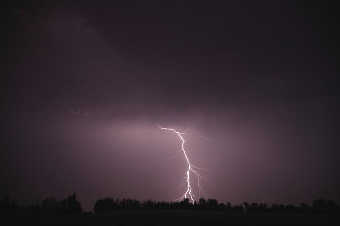 Ett åsknedslag medförde att två 20 kV-linjer slogs ut vilket orsakade ett strömavbrott i hela Ale kommun.