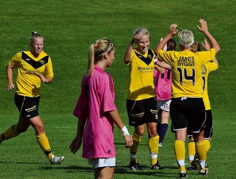 Jubel i SBTK-lägret. Lagkaptenen Matilda Errind har precis slagit in en av sina två fullträffar i mötet med Borås GIF och först fram att gratulera är systern Amanda (14), som också antecknades för två mål.