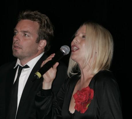 """Christopher Wollter och Åsa Fång gästade Ale gymnasium i söndags kväll med musikföreställningen """"Brel möter Piaf – Rebellen och Sparven""""."""