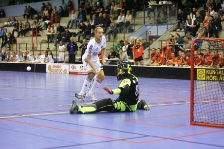 Carolina Björkner gjorde tre av Surtes mål i derbyt mot Sportlife, men brände den viktiga straffen i läget 4-5 – eller ska vi säga att Jonna Salo räddade...