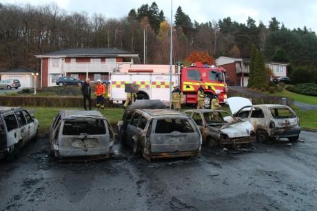Fem bilar blev totalt utbrända och en sjätte skadades.