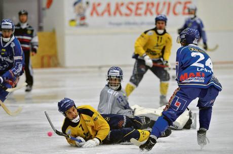 Platt fall. Adam Rohr och hans Surte BK förlorade visserligen hemmamötet med IFK Motala, men laget föll med flaggan i topp. På lördag väntar ännu tuffare motstånd, då serieledande och hittills obesegrade Nässjö väntar. En av årets absolut svåraste bortamatcher, men långt ifrån omöjlig enligt Surtetränaren Johan Ekängen. Foto: Allan Karlsson