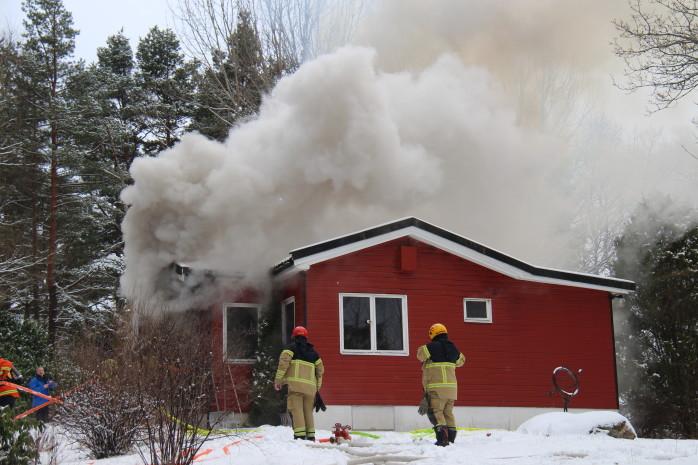 Den enskilt belägna villan på Lövängsvägen i Nödinge började brinna på tisdagseftermiddagen. Foto: Christer Grändevik