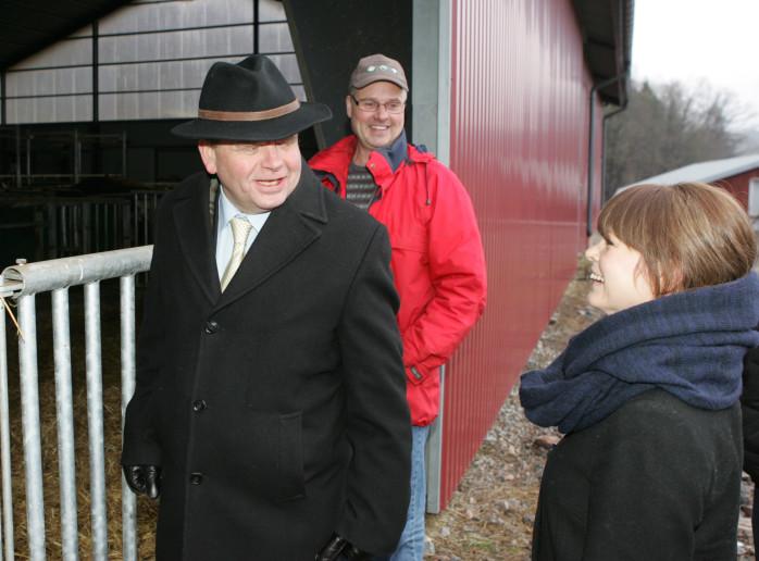 Landsbygdsministern Eskil Erlandsson i samband med sitt besök hos nötbonden Johan Stegard i Västerlanda. På bilden ses också Julia Färjhage från Centerpartiet i Lilla Edet.