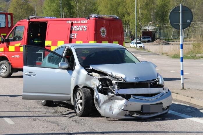 En tvåbilskrock inträffade på Brovägen i Lilla Edet på måndagsförmiddagen. Foto: Christer Grändevik