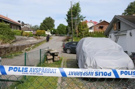 Polisen spärrade av Terassvägen 14 för teknisk undersökning. Sannolikt har ägaren en tydlig koppling till nattens dramatiska händelseförlopp.