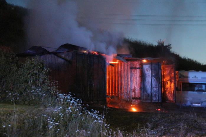 Ett fristående garaget i Tussebo började brinna på måndagskvällen. Foto: Christer Grändevik