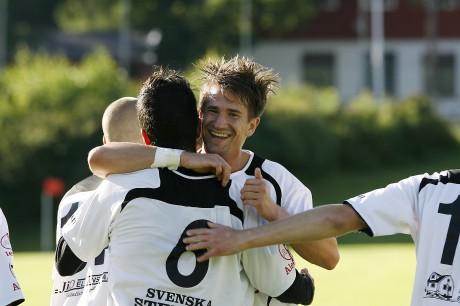 Glädje! Jonathan Lindström kramar om målskytten Nima Kadivar.