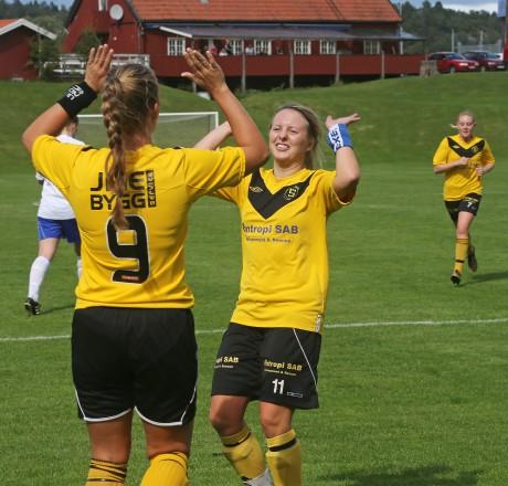 Andrea Lindgren var först att gratulera Sandra Augustsson efter hennes viktiga kvitteringsmål.