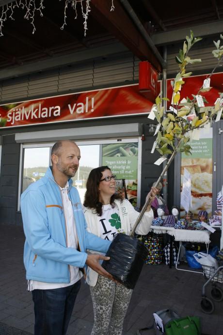 Kommunstyrelsens ordförande Mikael Berglund (M) och Elena Fridfelt (C) tog emot trädet fyllt av önskelappar, som Regionteater Väst överlämnade på Ale Torg i fredags.