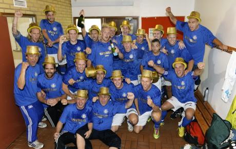 Guldmakare! Nol IK 2014 kunde välförtjänt klä sig i guldhattar efter sista hemmamatchen mot Hälsö, seger 7-1. Med 18 raka matcher utan förlust, varav 17 segrar, är laget helt suveräna seriesegrare i division 6 D Göteborg.