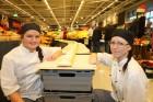 Elvina Leckborn och Michaela Söderberg visar stolt upp Sveriges längsta tårta – 42 meter lång.