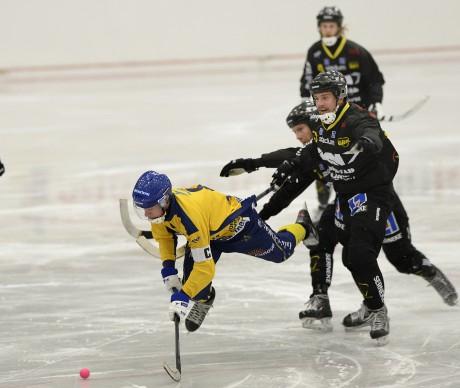 Här störtar Gripen Surte! Martin Östling fick sig en flygtur inledningsvis, men sen nådde inte spelet några högre höjder för hemmalagets del.