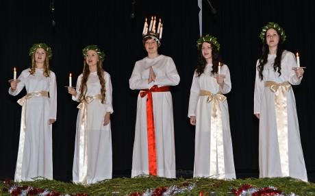 Luciatåget bjöd på finstämd sång. Från vänster: Amanda Carlbom Petersson, Rebecca Hakso, Josefin Thorbjörnsson, Bearice Aili och Jenna Nyman.