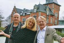 De nya ägarna hälsar välkommen till Thorskogs Slott. Från vänster Niclas Hammarstrand, Anna Karin Hammarstrand och Lasse Nilsson. Saknas på bilden görs Peter Dahlman.
