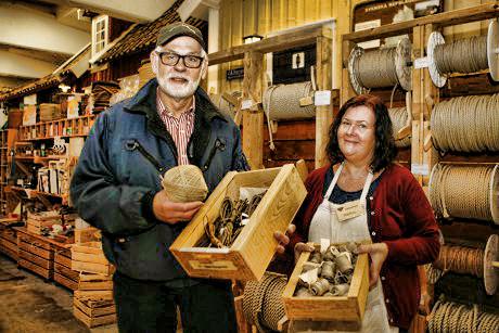 Laddar för Båtmässan som invigs till helgen. Bernt Larsson och Marléne Johansson ser till att alla nödvändiga ting som ska finnas i Repslagarmuseets monter kommer med.