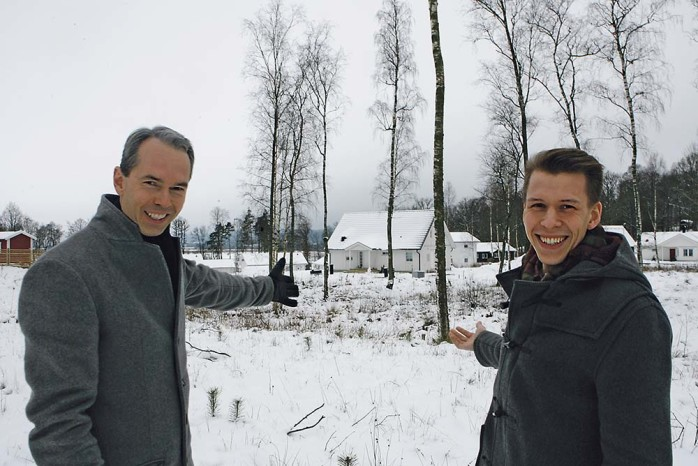Henrik Ekeblad och Jonas Zachrisson från EREIM AB på plats i Ekeberg där företaget planerar för 30 radhus. Försäljningen drar igång i slutet av den här månaden.
