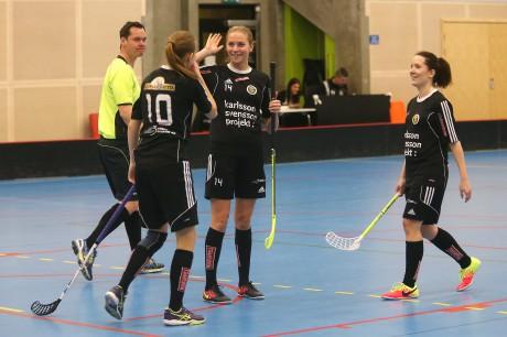 Grattis där satt tvåan! Katja Kontio gratuleras av Elin Fridh och Jessica Ljunggren efter att ha kämpat in 2-0.