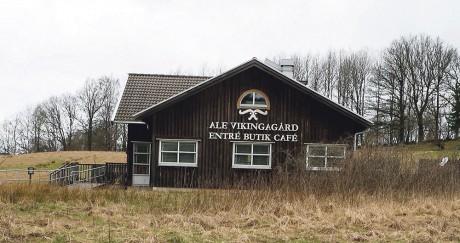 Ale Vikingagård börjades byggas 2001 och har sedan utvecklats i etapper. Nu meddelar Kultur- och fritidsnämnden att en nedläggning redan i sommar kan vara rimligt. Det är tveksamt att den håller öppet under årets semesterperiod.