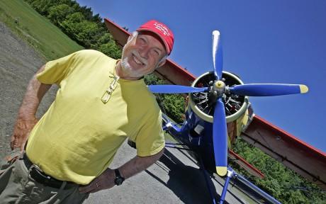Efter 25 år som flygare förverkligar Kjell Brattfors en dröm och startar linjeflyg till Bromma. Bakom sig har den västsvenska industrieliten.