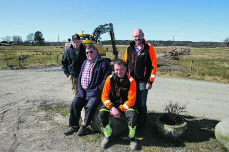 Lyckliga. Äntligen är grävmaskinen på plats för en större bostadsutbyggnad i Skönningared mellan Älvängen och Skepplanda. Markägarna Bengt Bengtsson och Jan A Pressfeldt har anlitat Kollanda Grus, bröderna Göran och Arne Tilly för dragning av vägar, vatten och avlopp.