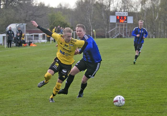 Jesper Johannesson flyger fram på högerkanten och är svår att stoppa.