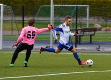 Niklas Ahlbom var ständigt på språng och såg till att Älvängens IK fick en poäng i torsdagskvällens seriefinal hemma mot Finlandia-Pallo. Här är han på väg att rulla in kvitteringen till 2-2. Foto: Allan Karlsson.