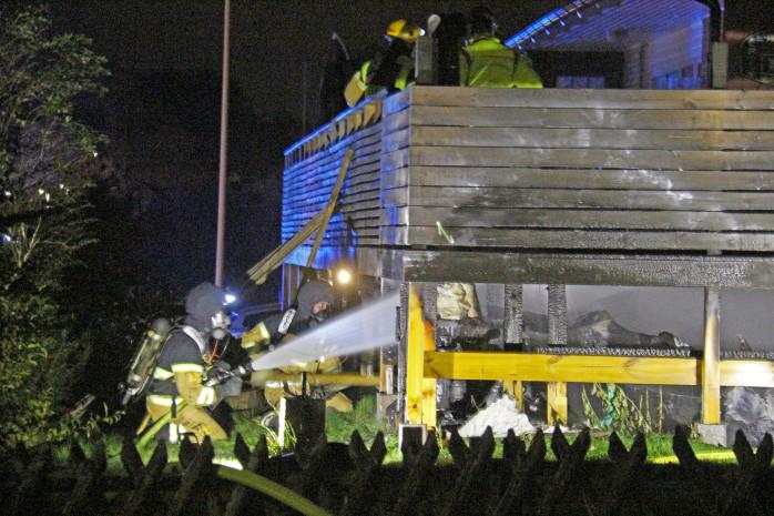 En vedeldad tunna placerad på en altan fattade av okänd anledning eld.