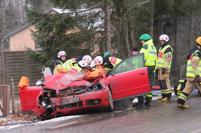Personbilsföraren fick klippas loss och avfördes till Sahlgrenska sjukhuset med okända skador. Foto: Christer Grändevik