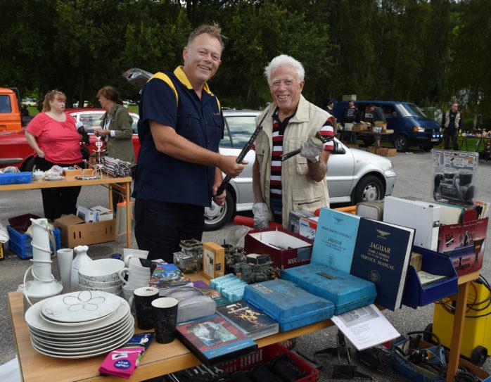 Populär loppis när Motornostalgisk dag arrangerades vid Lödöse museum i lördags. Dragan Jocic säljer prylar till Nic Nilsson. Foto: Allan Karlsson